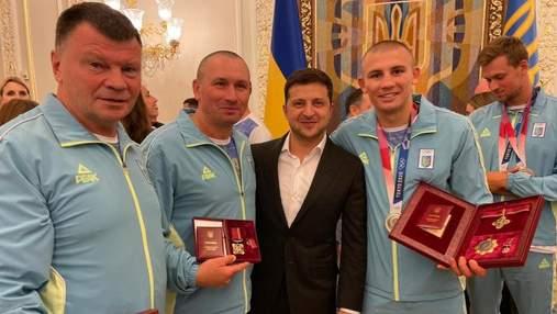 Зеленский встретился с боксером Хижняком и наградил его медалью