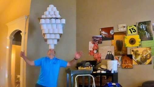 Чоловік втримав на голові величезну конструкцію з туалетного паперу і потрапив до Книги Гіннеса