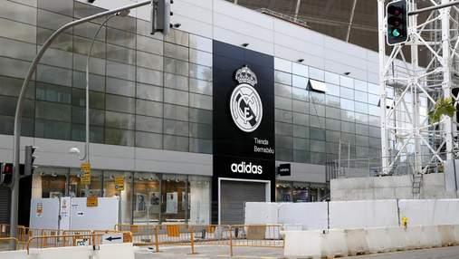 Грабители дерзко ограбили магазин Реала, влетев в него автомобилем