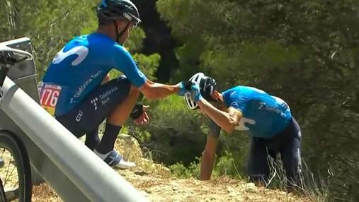 """Іспанський велогонщик вилетів за відбійник під час етапу """"Вуельти"""": епічне відео"""