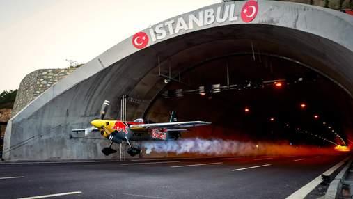 Пілот пролетів на літаку через два тунелі, встановивши світовий рекорд: ефектне відео