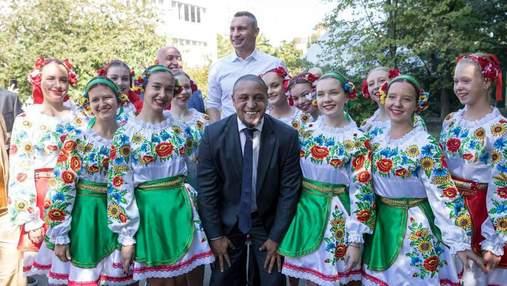 Роберто Карлос и Луиш Фигу приехали в Киев на открытие футбольной школы Реала: фото и видео