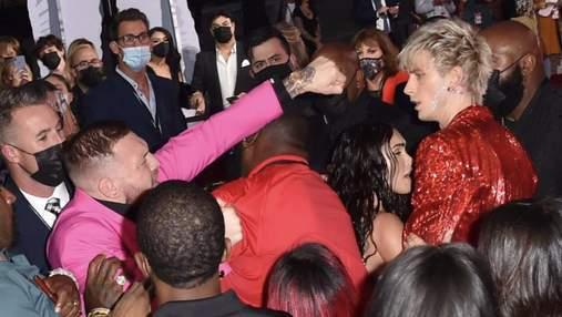 Конор МакГрегор і репер MGK влаштували бійку на церемонії вручення премії MTV: відео