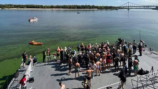 Яна Клочкова с киевлянами переплыла через зеленый Днепр