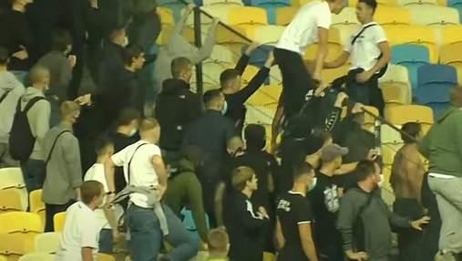 Фанаты Динамо и Александрии устроили кровавую драку во время матча: видео