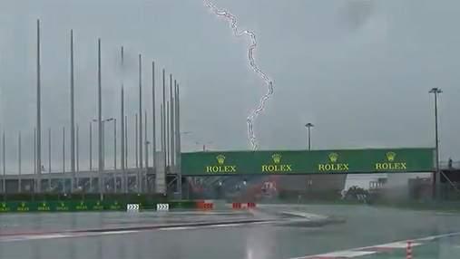 Жуткий удар молнии и потоп: Формула-1 отменила заезды на гран-при России – видео
