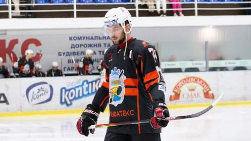 Расистский скандал: украинский хоккеист показал позорный жест темнокожему сопернику – видео