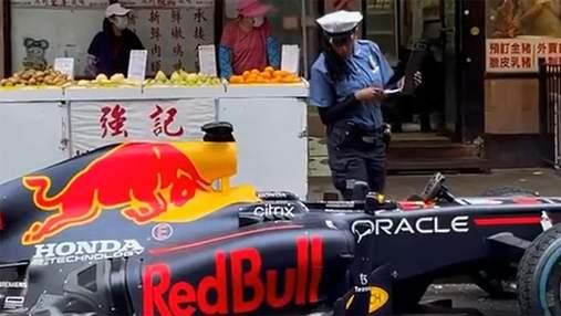 Пилот Формулы-1 припарковал болид Red Bull посреди улицы Нью-Йорка, за что получил штраф: видео
