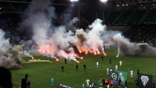 Во Франции снова горячо: футбольные фанаты сожгли сетку ворот и забросали поле файерами – видео