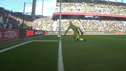 Голкіпер забив гол у власні ворота після того, як м'яч поцілував дві стійки: відео