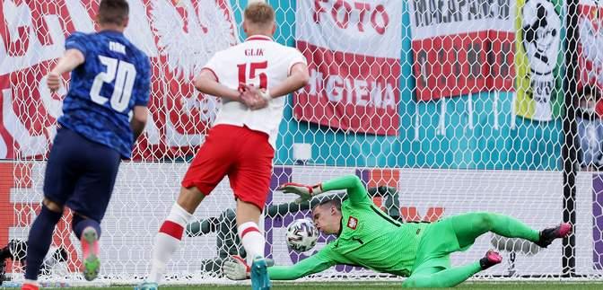 Забил головой: вратарь Польши Щенсны отметился курьезным автоголом на Евро-2020 – видео