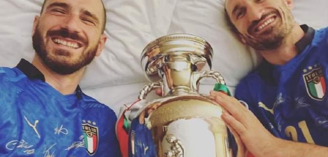 Герой фіналу Євро-2020 розділив ліжко з партнером і кубком Анрі Делоне: фото