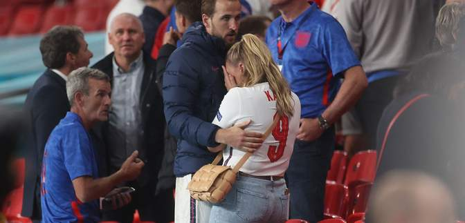 Не змогла стримати сліз: дружина футболіста збірної Англії розплакалася після фіналу Євро-2020