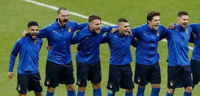 Волали, як дикі: футболісти збірної Італії емоційно виконали гімн в автобусі та літаку – відео