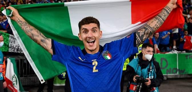 Перейшов межі: захисник Італії курив у роздягальні після тріумфу на Євро – відео