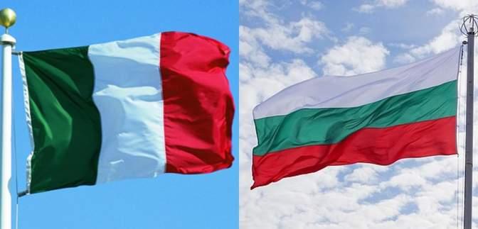 Переплутали з італійським: розлючені англійські фанати зірвали болгарський прапор з посольства